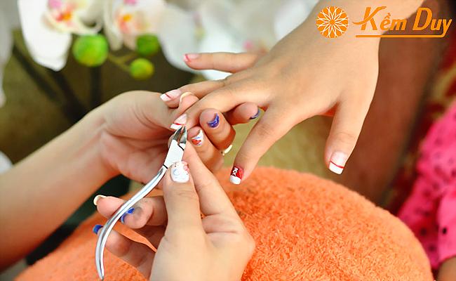 Bạn nên biết cách cắt da móng tay, móng chân đúng cách Huong-dan-lua-chon-kem-cat-mong-tay-tot-nhat